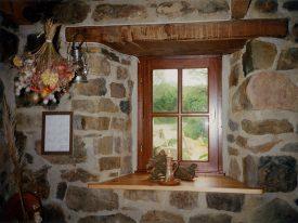 Fenster neben dem Kamin